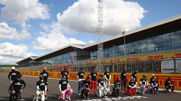 2августа. Сильверстоун. Квят вновь был вчисле гонщиков, незахотевших преклонять колено перед гонкой. Фото Reuters