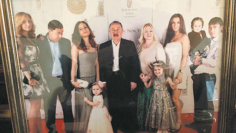 Валерий Газзаев сосвоей большой идружной семьей. Фото личного архива Валерия Газзаева