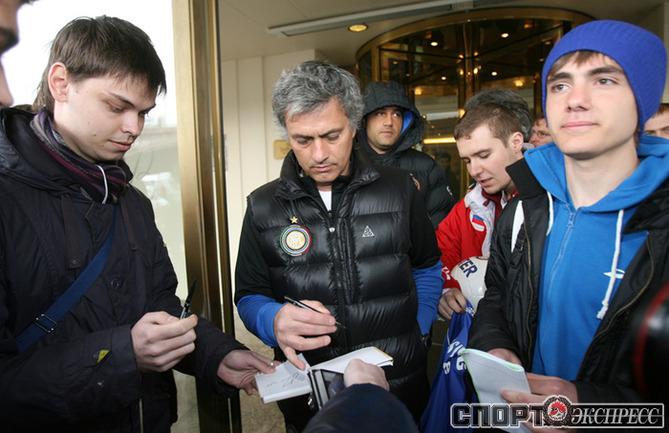 Жозе Моуринью в окружении российских болельщиков.