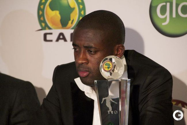 Вчера. Аккра. Яя ТУРЕ получает приз лучшему футболисту Африки 2012. Фото AFP.