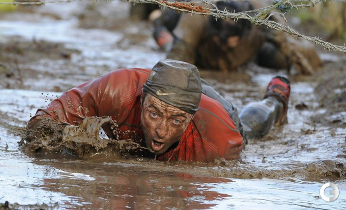 Соревнования по преодолению препятствий в грязи.