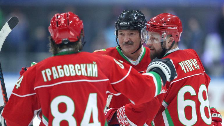 Александр Лукашенко скомандой. Фото Reuters