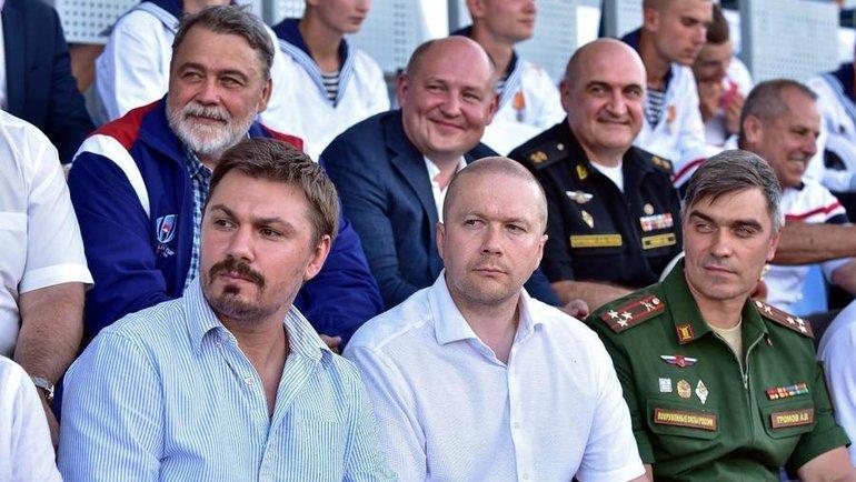 Игорь Артемьев (вверху слева) вокружении коллег поразвитию регби вармии. Фото Пресс-служба Федерации регби России