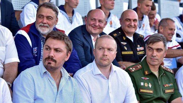 Игорь Артемьев (вверху слева) в окружении коллег по развитию регби в армии. Фото Пресс-служба Федерации регби России