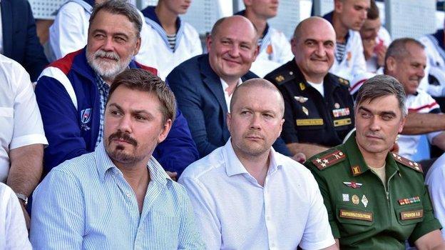 Алексей Митрюшин (в нижнем рядов в центре) и председатель высшего совета Федерации регби России Игорь Артемьев (в верхнем ряду слева). Фото Пресс-служба Федерации регби России