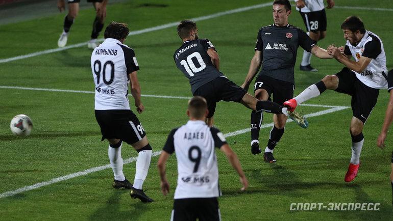 12августа. Москва. «Торпедо»— «Акрон»— 1:1. Константи Кертанов (крайний справа) забивает гол.