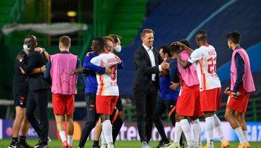 13августа. Лиссабон. «Лейпциг»— «Атлетико»— 2:1. Юлиан Нагельсманн поздравляет свою команду спобедой.