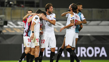 Игроки «Севильи» празднуют победу над «Манчестер Юнайтед».