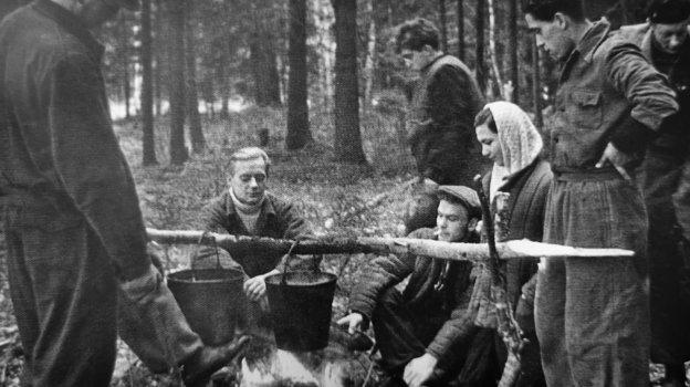 Студенческий поход. Юрий Визбор (сидит), Юрий Ряшанцев (второй справа). Фото Фото изархива Юрия Ряшенцева