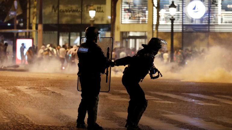 Столкновения фанатов с полицией в Париже. Фото Reuters