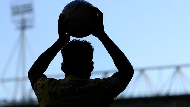 Игрок выбрасывает мяч изаута. Фото ФИФА