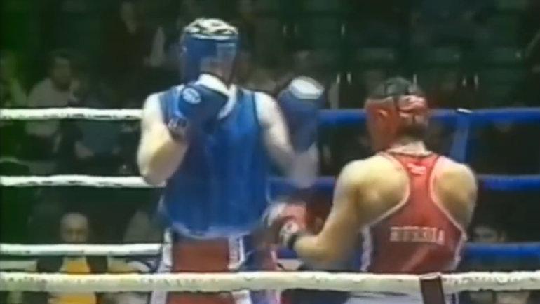 Боксерский поединок Сергея Харитонова (слева).