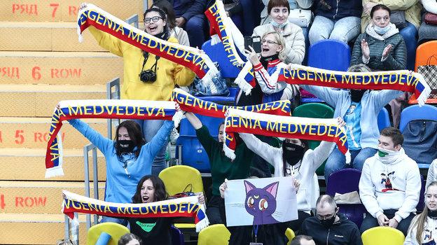 Активные болельщики Евгении Медведевой. Фото «СЭ» / Canon EOS-1D X Mark II