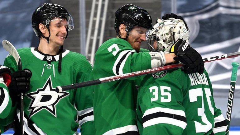 Антон Худобин празднует победу с партнерами по команде. Фото nhl.com