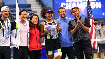 Наоми Осака (вцентре, скубком), еебойфренд YBN Cordae (крайний справа).