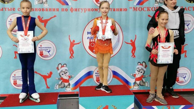 Вцентре— экс-подопечная Тутберидзе Елена Костылева, выигравшая турнир «Московские ласточки». Фото ВКонтакте
