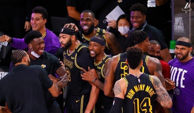 Игроки «Лейкерс» празднуют победу. Фото БК «Лейкерс».