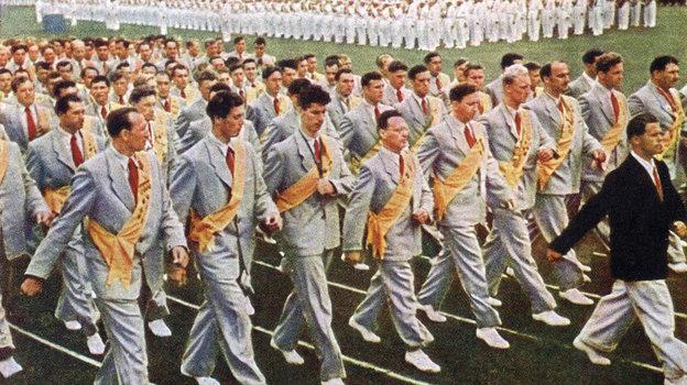 1954 год. Москва. М.Ботвинник и В.Смыслов впервом ряду колонны советских спортсменов, чемпионов ирекордсменов мира иЕвропы нафизкультурном параде настадионе «Динамо».