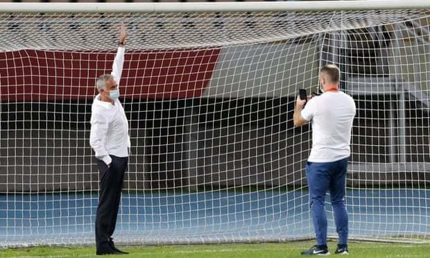 Жозе Моуринью обращает внимание наразмер ворот. Фото The Guardian