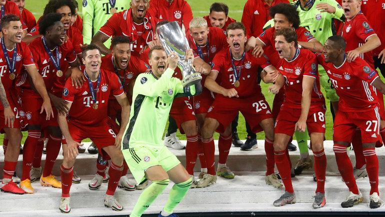 24сентября. Будапешт. «Бавария»— «Севилья»— 2:1 д.в. (1:1, 0:0, 1:0). Капитан мюнхенцев Мануэль Нойер поднимает над головой Суперкубок УЕФА.