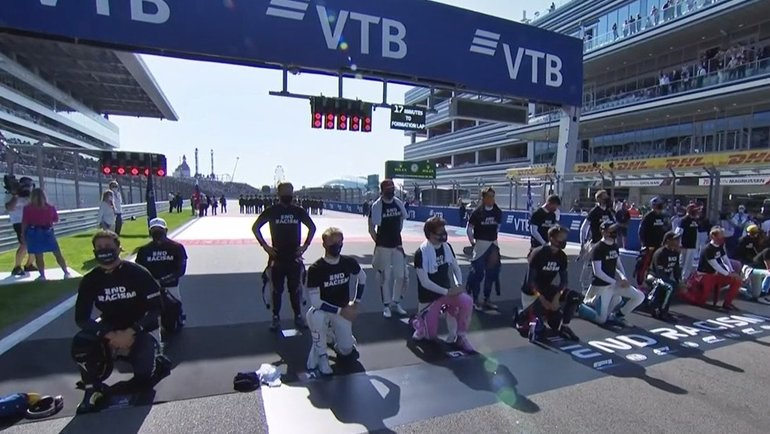 13 пилотов «Формулы-1» встали наколено перед стартом «Гран-при России». Фото Twitter