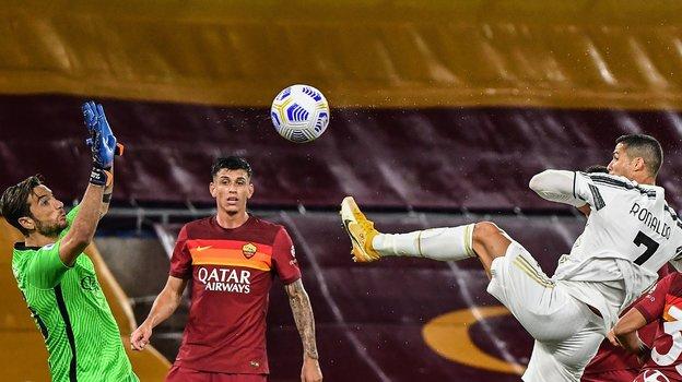 27сентября. Рим. «Рома»— «Ювентус»— 2:2. 69-я минута. Криштиану Роналду (№7) сравнивает счет. Фото AFP