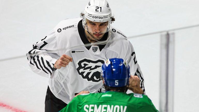 Олег Евенко вовремя боя сАлексеем Семеновым. Фото ХК «Салават Юлаев»