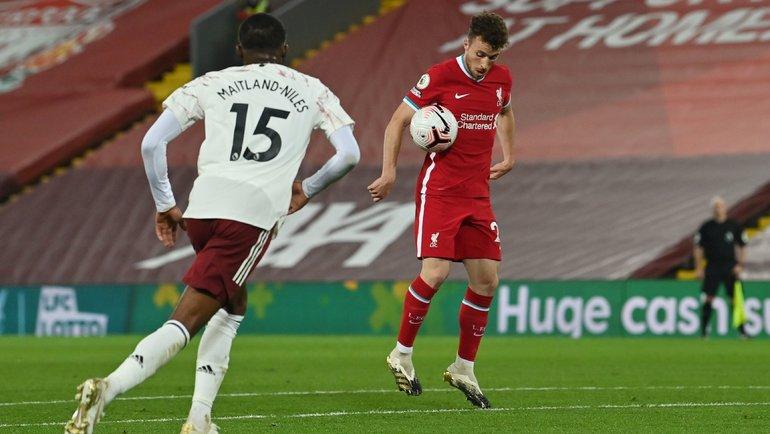 28сентября. Ливерпуль. «Ливерпуль»— «Арсенал»— 3:1. Диогу Жота обрабатывает мяч перед третьим голом. Фото Reuters
