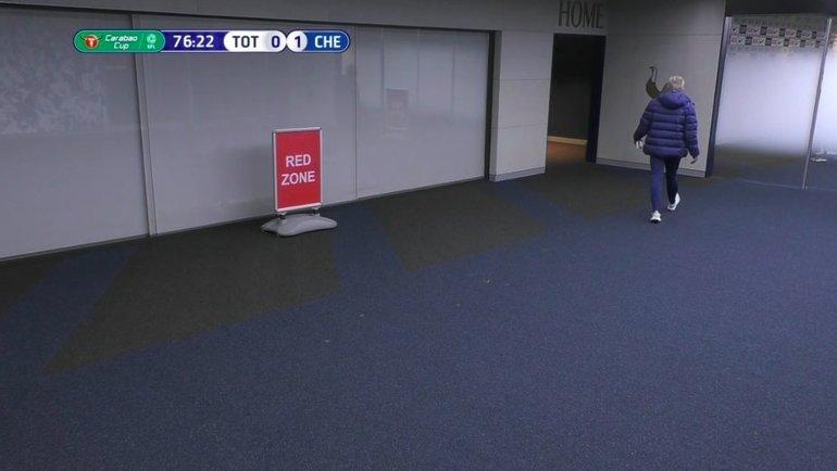 Жозе Моуринью под трибуной вовремя матча. Фото Twitter