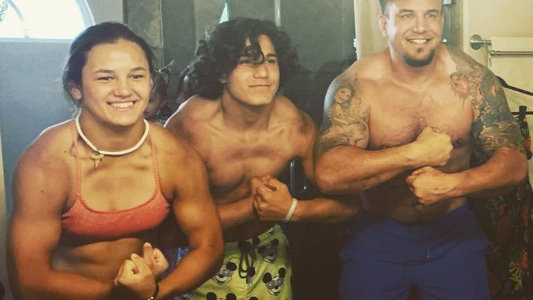 17-летняя Белла Мир, дочь бывшего чемпиона UFC (слева).