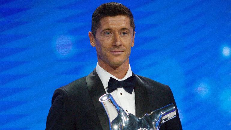 Роберт Левандовски спризом лучшему игроку сезона 2019/20 поверсии УЕФА. Фото Reuters