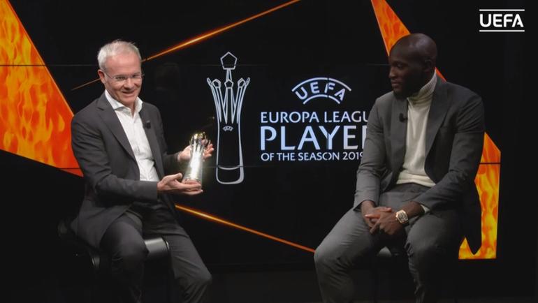 Ромелу Лукаку (справа) получает награду игроку сезона вЛиге Европы. Фото УЕФА
