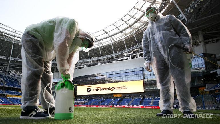 Обработка «чистой зоны» настадионах РПЛ— обязательный момент. Можноли будет играть при росте зараженных вМоскве? Фото Дарья Исаева, «СЭ» / Canon EOS-1D X Mark II