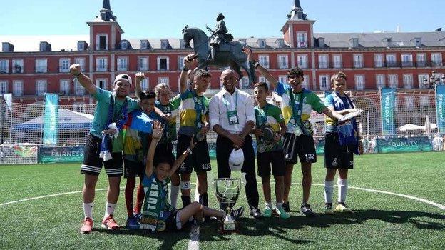 Роберто Карлос (вцентре) вокружении Юных футболистов.