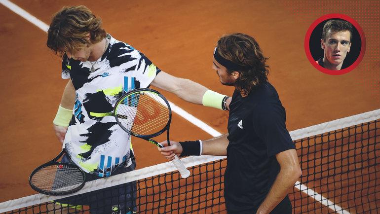 Стефанос Циципас успокаивает Андрея Рублева после матча 1/4 финала Roland Garros.