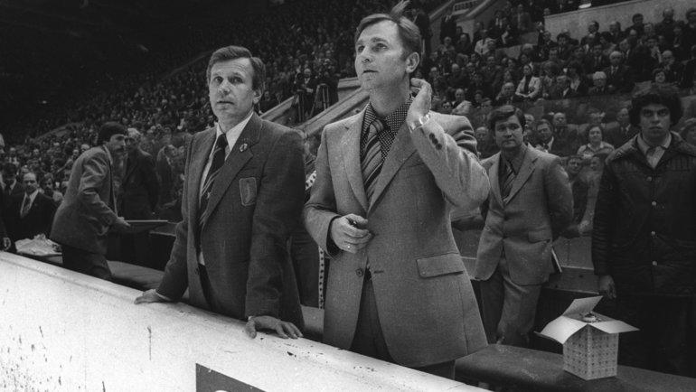 Вячеслав Колосков (слева, слегендарным хоккейным тренером Виктором Тихоновым) в1979 году был назначен начальником Управления футбола СССР, всерьез инадолго. Фото Игорь Уткин, -