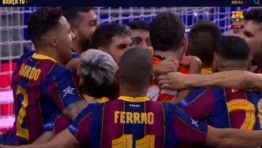 Игроки «Барселоны» празднуют победу над КПРФ.