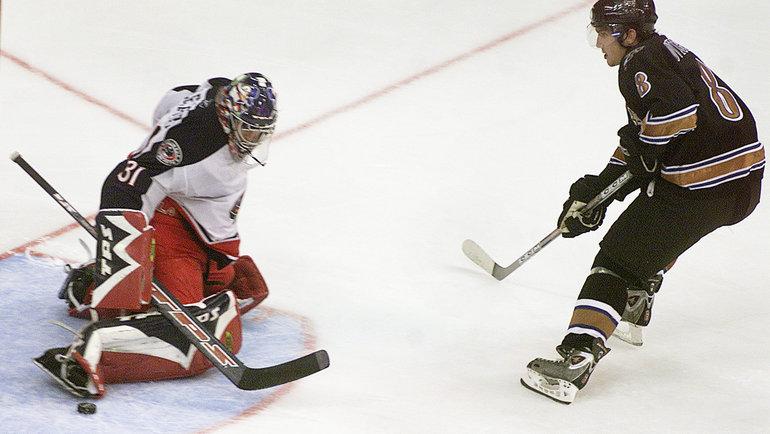 5октября 2005 года. Вашингтон. «Вашингтон»— «Коламбус»— 3:2. Александр Овечкин против Паскаля Леклера. Фото Reuters
