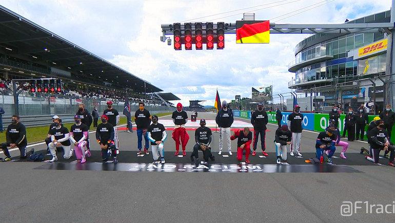13 пилотов «Формулы-1» встали наколено перед стартом «Гран-при Айфеля». Фото Twitter