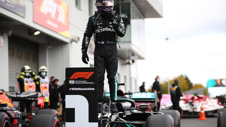 11октября. Нюрбург. Льюис Хэмилтон выиграл 91-ю гонку вкарьере исравнялся сМихаэлем Шумахером. Фото Reuters
