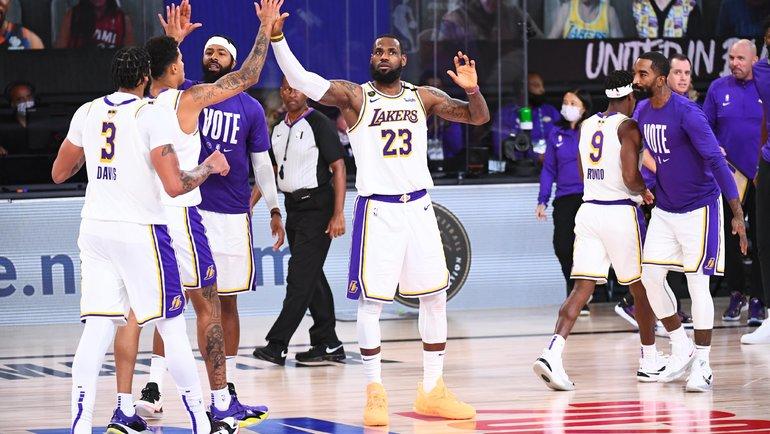 Леброн Джеймс (№23) и «Лейкерс»— чемпионы. Фото НБА