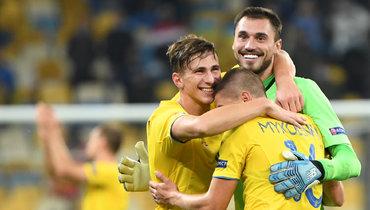 13октября. Киев. Украина— Испания— 1:0. Вратарь хозяев Георгий Бущан (справа) празднует победу спартнерами.
