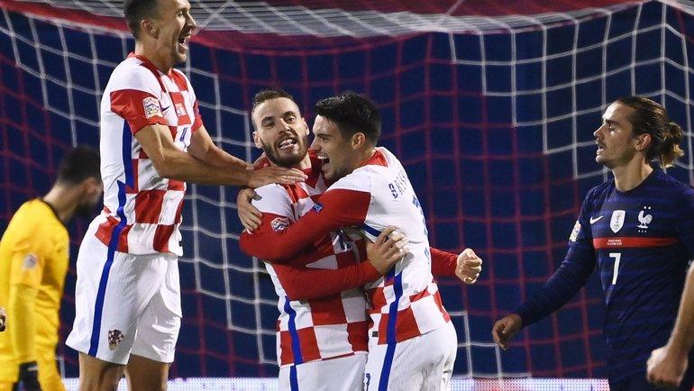 14октября. Загреб. Хорватия— Франция— 1:2. 65-я минута. Партнеры поздравляют сравнявшего счет Николу Влашича (второй слева). Фото AFP