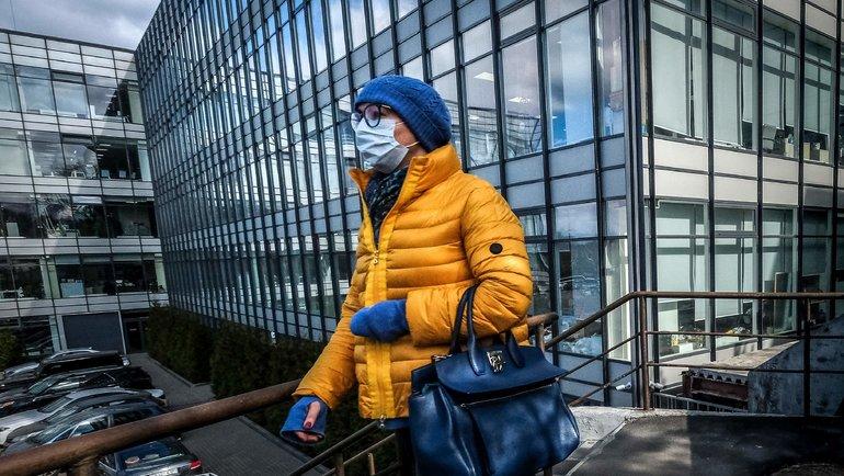 Один из способов борьбы с распространением коронавируса - маски. Фото AFP