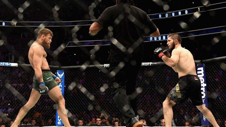 Хабиб Нурмагомедов (справа) победил Конора Макгрегора натурнире UFC 6октября 2018 года. Фото AFP