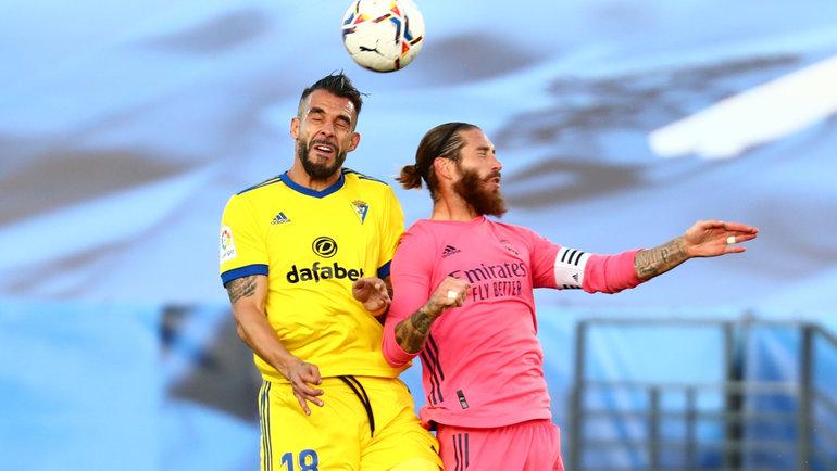 17октября. Мадрид. «Реал»— «Кадис»— 0:1. Альваро Негредо (слева) иСерхио Рамос борются замяч. Фото Reuters