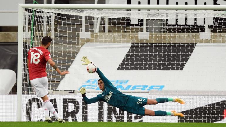 """Ньюкасл"" - ""Манчестер Юнайтед"". Карл Дарлоу отражает пенальти Бруну Фернандеша. Фото АПЛ"
