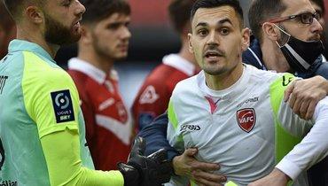 Вратарь «Валансьена» обвинил защитника «Сошо» вукусе защеку. Обидчик пожаловался нарасизм