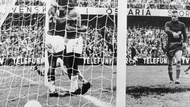 28июня 1958 года. Стокгольм. ФиналЧМ. Бразилия— Швеция— 5:2. Вава (слева) иПеле забили подва мяча вигре. Фото AFP