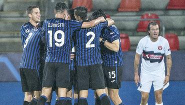 Игроки «Аталанты» празднуют гол Алексея Миранчука вЛиге чемпионов вигре против датского «Мидтьюлланна».
